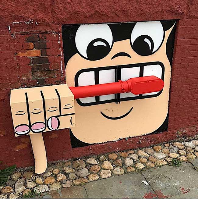 tom bob street art detournement 1 - Ces Détournements d'Objets Urbains Amusent les New-Yorkais