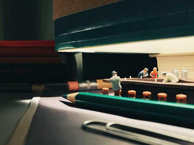 Derrick Lin Photos Miniatures, Il Transforme les Fournitures de Bureau en Scènes de Vie