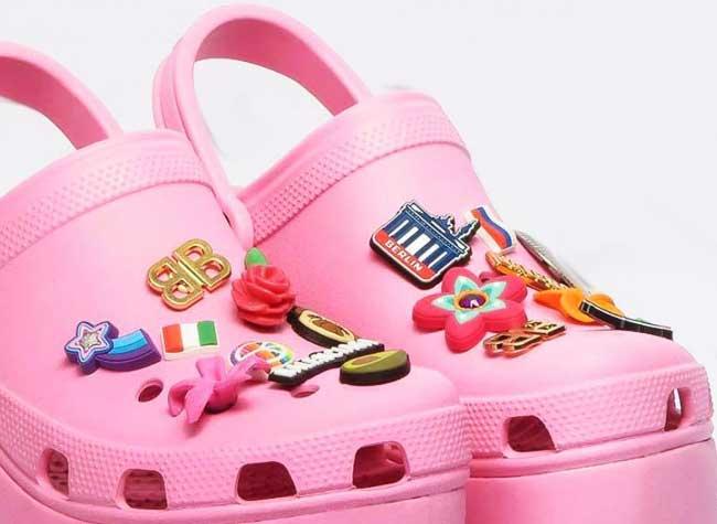 Balenciaga crocs Chaussures, Balenciaga sort ses Sabots Crocs Roses à Talons Compensés