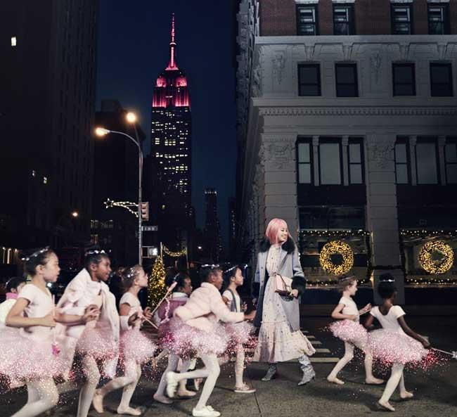 Kate Spade campagne noel fin annee 2017, Fernanda Ly Fete Noel pour Kate Spade Entourée de Tutus Roses à New York (video)
