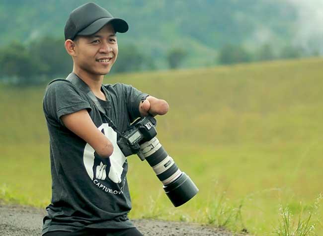sans mains jambes photographe Achmad Zulkarnain, Sans Mains Ni Jambes ce Photographe est un Modèle de Détermination