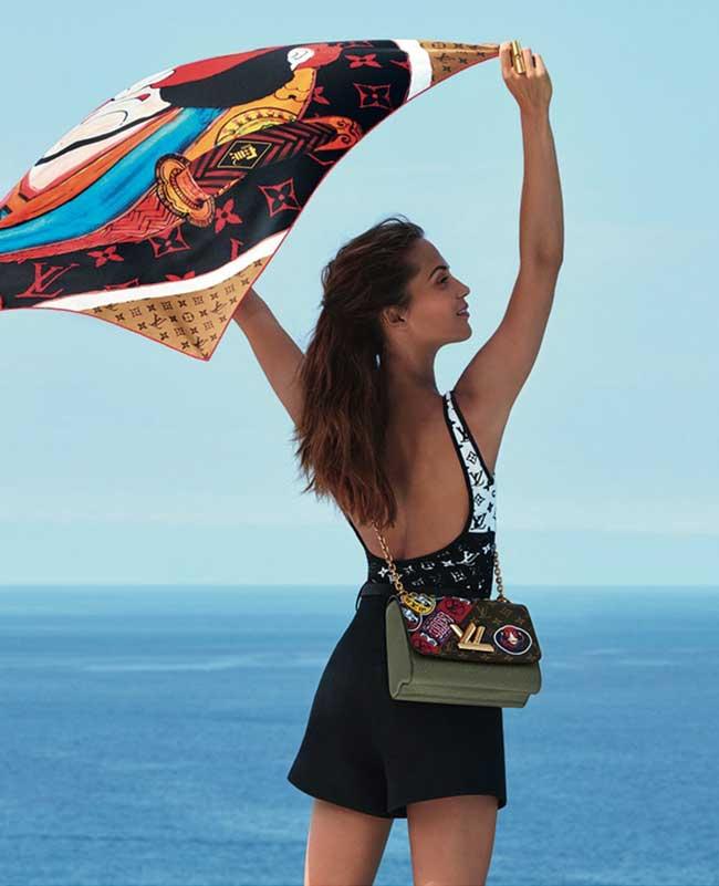 louis vuitton croisiere 2018 alicia vikander, Alicia Vikander s'Envole à Ibiza pour Louis Vuitton Croisière