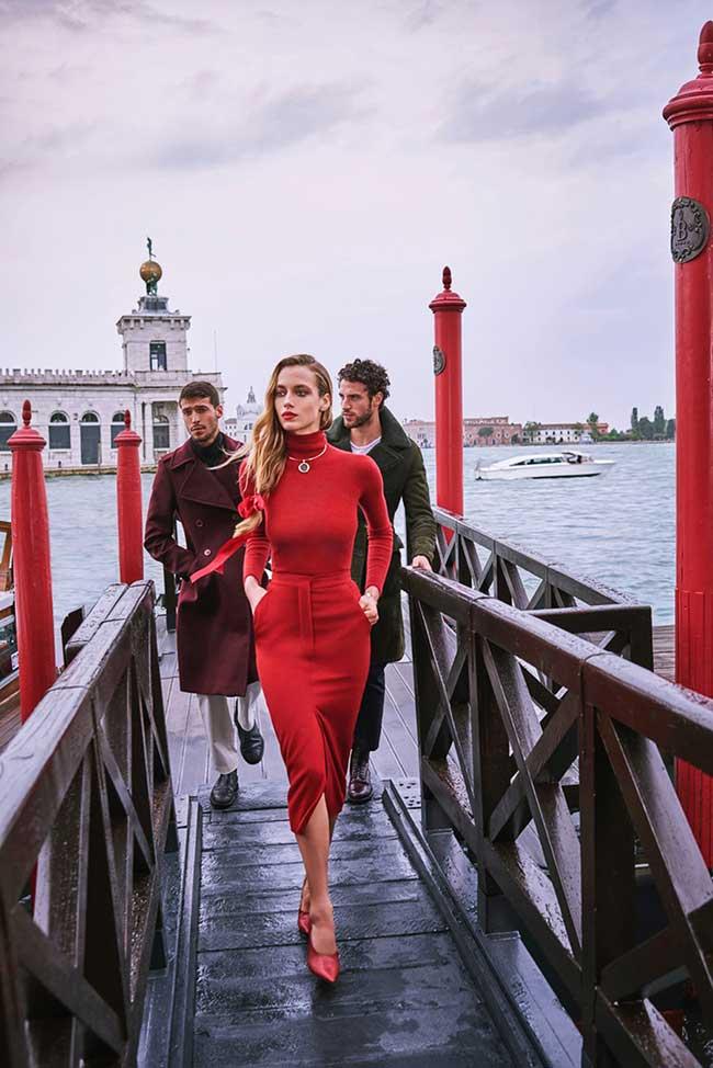 hannah ferguson mode harpers bazaar us, La Dame en Rouge pour le Harper's Bazaar nous Invite à Venise en Italie