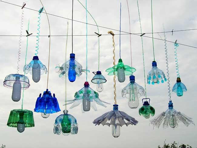 veronika richterova lustres bouteilles plastique recyclage 4 - Elle Recycle les Bouteilles en Plastique en Lustres Baroques