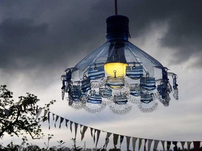 veronika richterova lustres bouteilles plastique recyclage 6 - Elle Recycle les Bouteilles en Plastique en Lustres Baroques