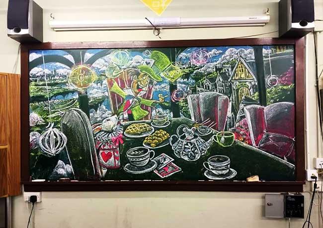 art ephemere illustration craie tableau illusdreamer, Ces Elèves Dessinent sur le Tableau de leur Classe des Oeuvres Aussitot Effacées