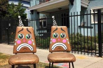 lonesome town street art visages tristes meubles abandonne
