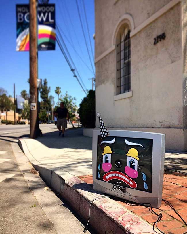 lonesome town- street art visages tristes meubles abandonne, Un Artiste Peint des Clowns Tristes sur les Meubles Abandonnés sur les Trottoirs