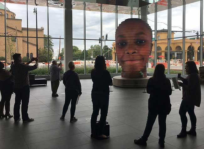 Sculpture LED interactive Matthew Mohr, Cette Sculpture en LED Géante interactive Affiche votre Visage (video)