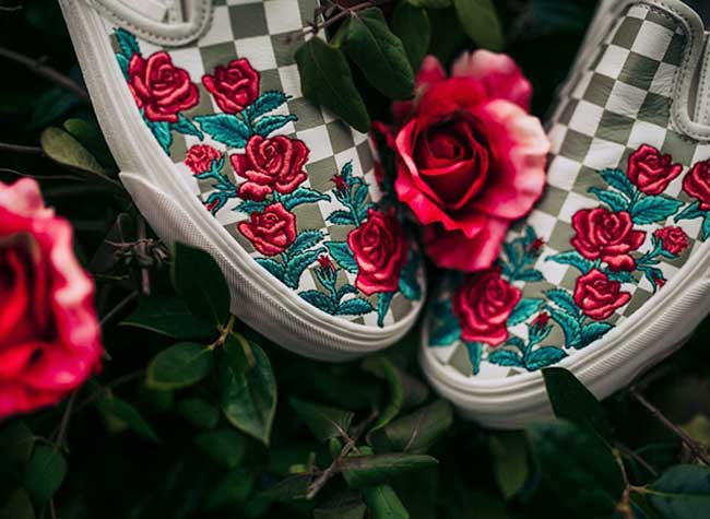 broderies roses rouges slipon vans, Bouquets de Roses Rouges en Broderies sur les Slip-On Vans