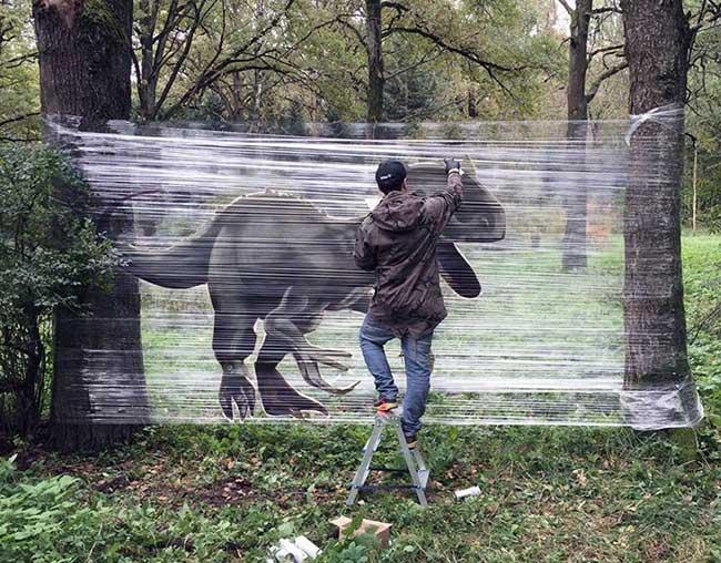 ches ches street art foret cellograffiti film transparent 2 - Sur du Film Cellophane il Peint des Animaux en Foret (video)