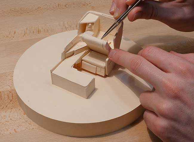 Luca Iaconi-Stewart Sculpture Carton Airbus A320, 1000 Heures pour Reproduire un Airbus A380 en Carton (video)