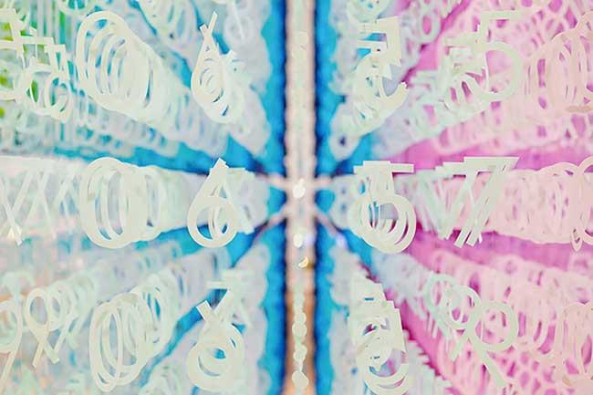 papier installation art color time emmanuelle moureaux, 120000 Chiffres en Papier Pour Symboliser le Temps qui Passe