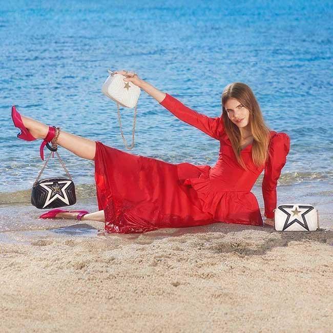 stella-mccartney-printemps ete 2018 campagne, Stella McCartney Passe l'Eté en Sardaigne les Pieds dans l'Eau