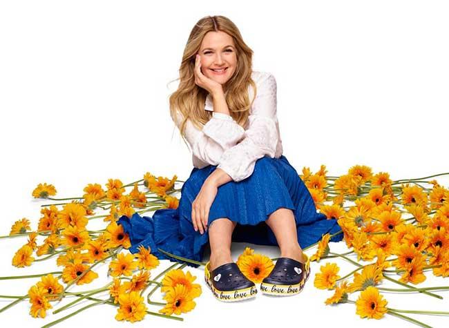 crocs campagne drew barrymore fleurs brodees 1 - La Comédienne Drew Barrymore sort les Crocs pour le Printemps
