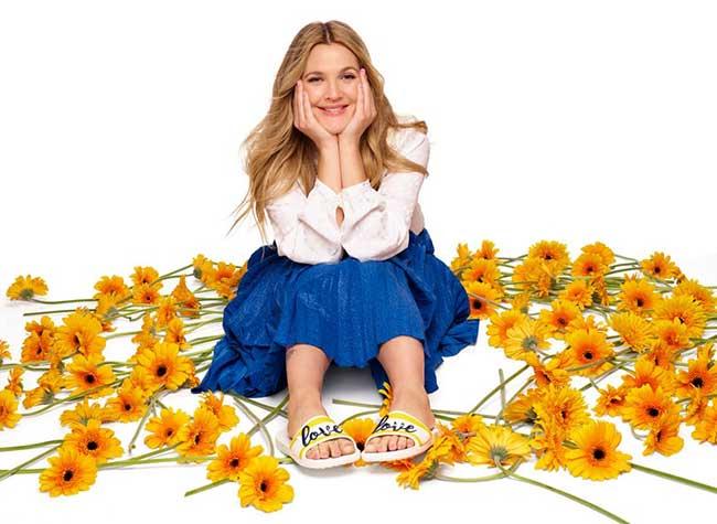 crocs campagne drew barrymore fleurs brodees 3 - La Comédienne Drew Barrymore sort les Crocs pour le Printemps