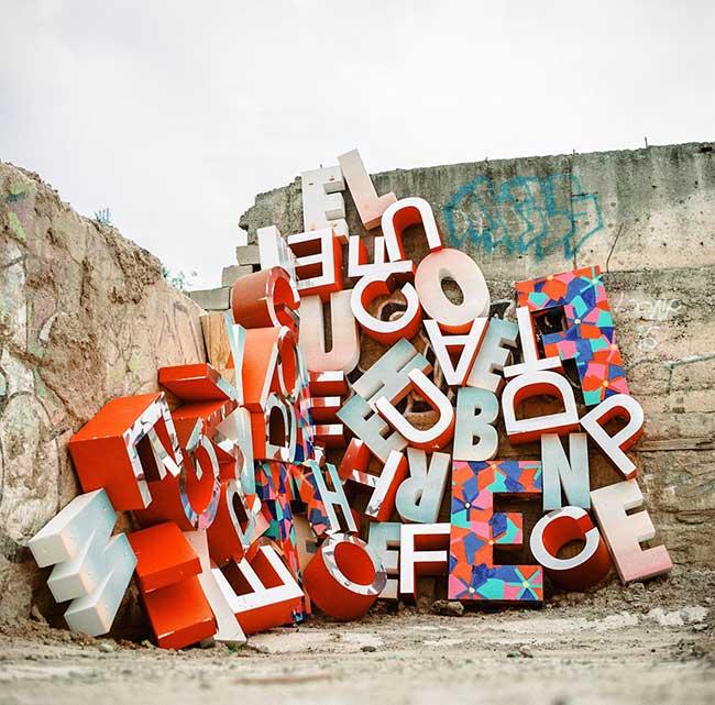 installation art enseignes lettres trevor wheatley cosmo dean, Invasion de Mots en Typo Géante pour une Installation d'Art Urbaine