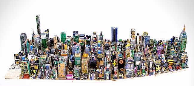 zayd menk-manhattan maquette pieces electronique recylce, Il Fabrique une Réplique de Manhattan en Cartes Électroniques