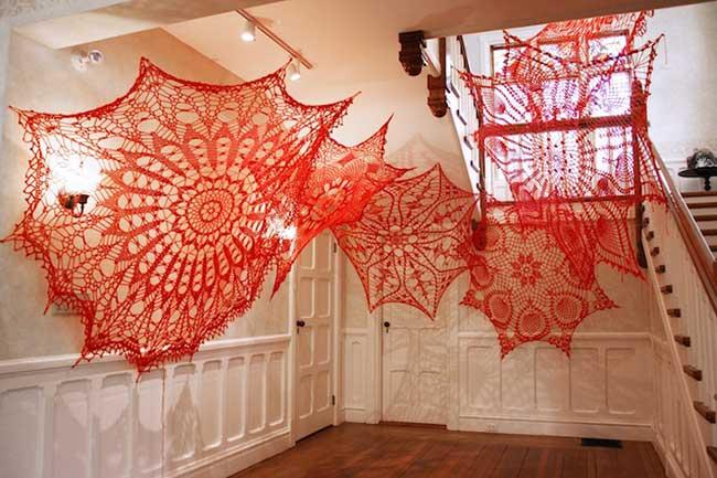 napperons-crochet-installations-art-ashley-v-blalock, Quand les Napperons Artistiques se Font Toiles d'Araignées