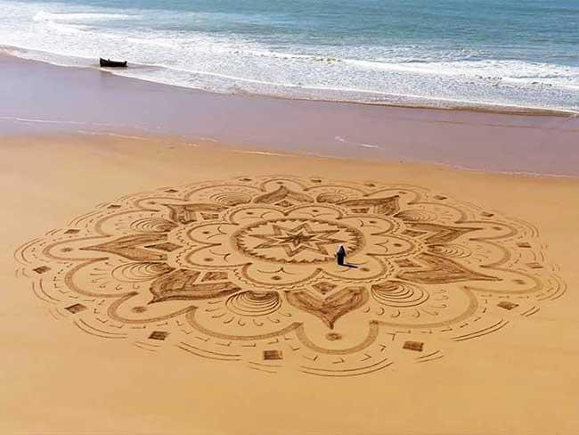 land art plages sable fresques sam dougados, L'Art de Tracer de Monumentales Fresques Éphémères sur le Sable