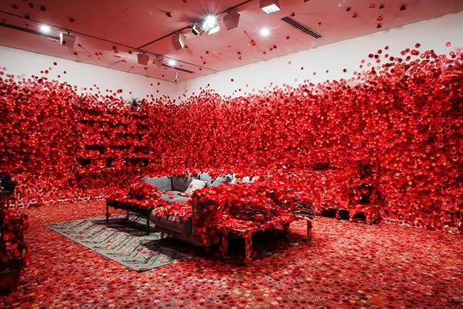 yayoi kusamas instllation art fleurs, Explosion de Fleurs Rouges en Intérieur pour une Installation d'Art