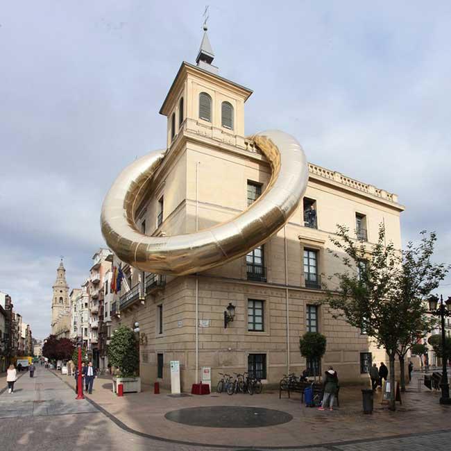 Installation Art Bague Geante Espagne Plastique Fantastique, Bague Géante Accrochée sur le Toit de l'Université de La Rioja en Espagne