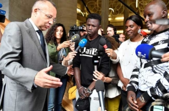homme sauvetage enfant mamoudou gassama paris 1 331x219 - Son Acte de Bravoure le Fait passer de Migrant à Heros International