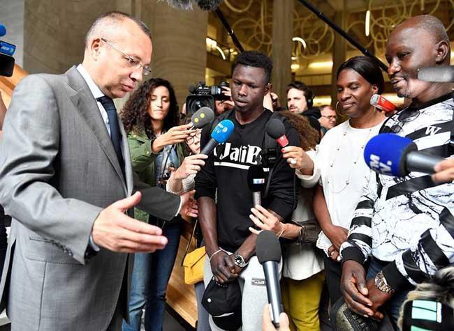 homme sauvetage enfant mamoudou gassama paris 1 - Son Acte de Bravoure le Fait passer de Migrant à Heros International