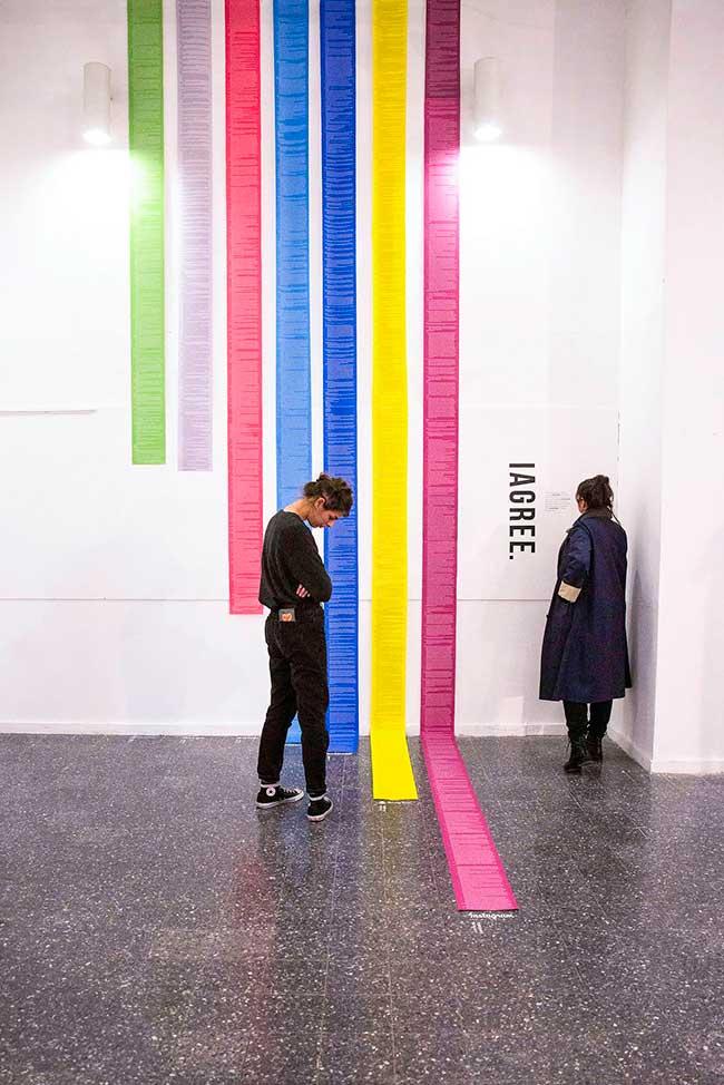 Dima Yarovinsky Installation Art Reseaux Sociaux Contrat, CGU des Réseaux Sociaux dans une Édifiante Installation d'Art
