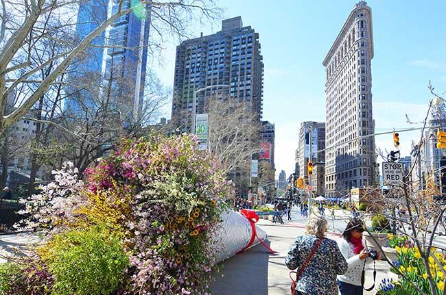 installation art fleurs new york city terrain work, Artistique Bouquet de Fleurs Géant dans les Rues de New York