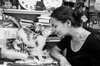 photos cat atwork chats marianna zampieri 3 331x219 - Portraits de Chats en Milieu Professionnel par Marianna Zampieri