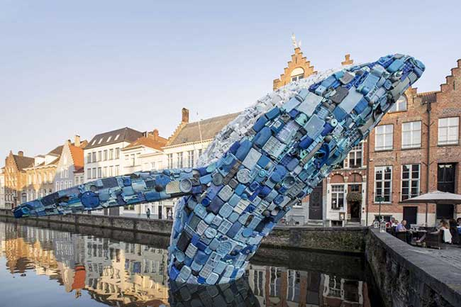 arts baleine skyscraper plastique bruges belgique, A Bruges une Baleine de 5 Tonnes de Plastiques Jaillit du Canal
