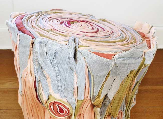 tamara kostianovsky sculpture art vetements tissus, Elle Sculpte des Troncs d'Arbre avec des Vêtements Recyclés