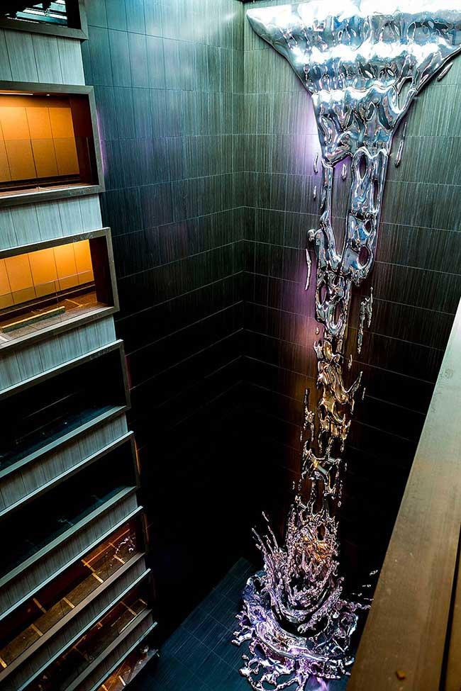 art sculpture cascade pere gifre, Spectaculaire Cascade de Métal dans un Hôtel de Madrid