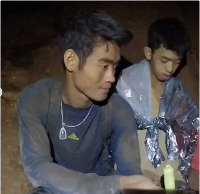 enfants entraineur foot ekkapol chantawong thailande grotte, 18 Jours Coincés dans une Grotte pour cet Entraineur et sa Jeune Equipe de Foot (video)
