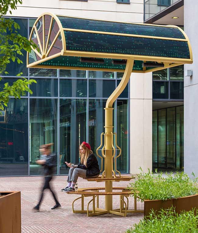 lampes geantes manchester arcylicize installation art, Lampes de Bureau Géantes dans les Rues de Manchester