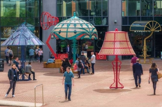 lampes geantes manchester arcylicize installation art