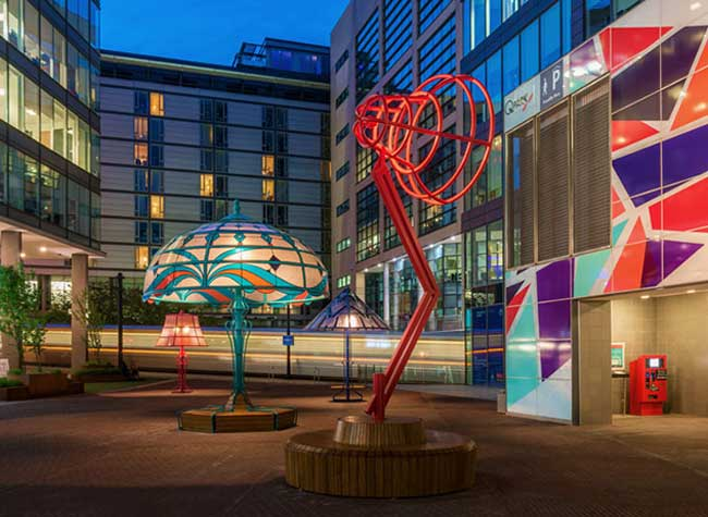 lampes geantes manchester arcylicize installation art 4 - Lampes de Bureau Géantes dans les Rues de Manchester
