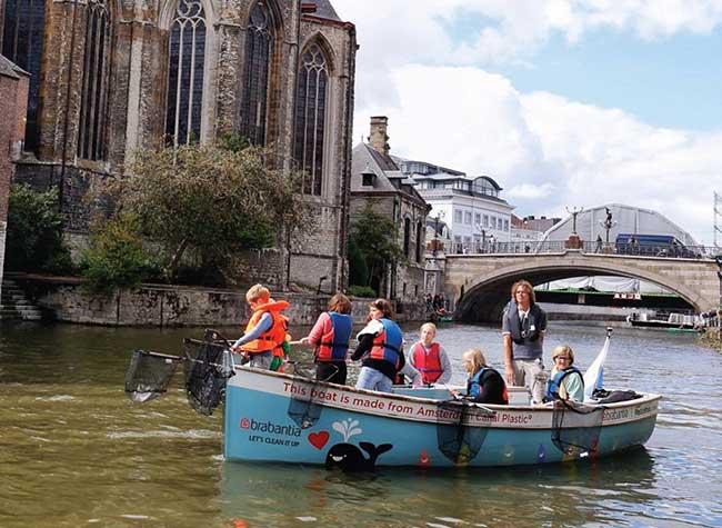 amsterdam plastic whale tourisme peche plastique, Sur les Canaux d'Amsterdam Pêche au Plastique et Tourisme ne Font qu'un