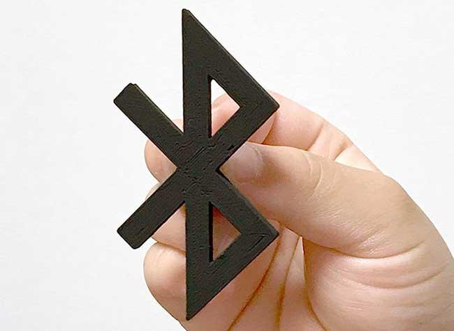 taku omura logo marques detournement 3d imprime 2 - Il Détourne les Logos de Marques en Accessoires de Bureau