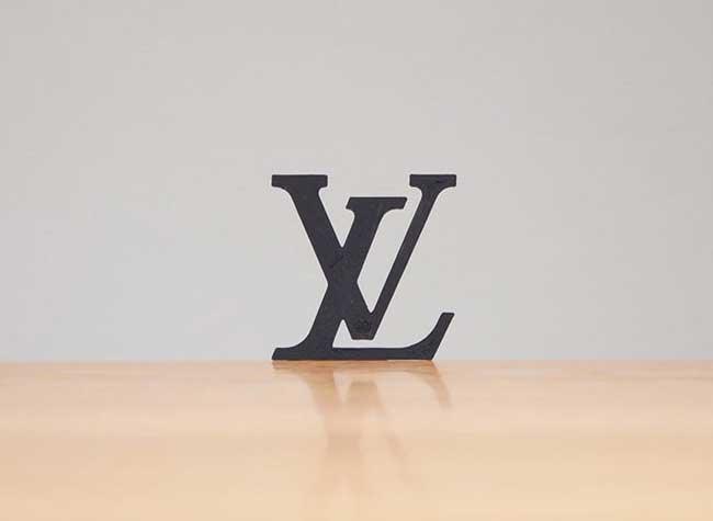 taku omura logo marques detournement 3d imprime, Il Détourne les Logos de Marques en Accessoires de Bureau