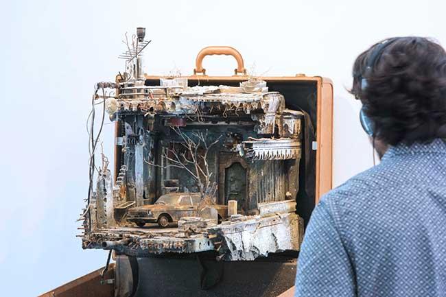 installations miniatures valises refugies mohamad hafez, Ces Dioramas dans des Valises Rappellent ce que les Réfugiés ont Du Quitter