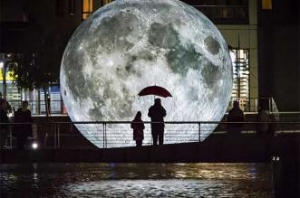 luke jerrams lune geant art sculpture museum moon