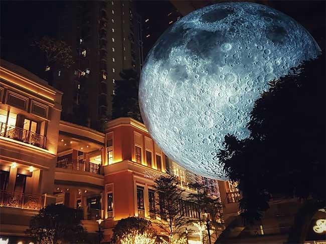 luke jerrams lune geant art sculpture museum moon, La Lune Géante de l'Artiste Luke Jerram fait le tour du Monde (video)