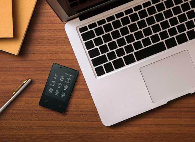kyocera ky 01l mini micro smartphone 4g japon 4 - Ceci n'est pas une Carte Bancaire mais un Smartphone 4G