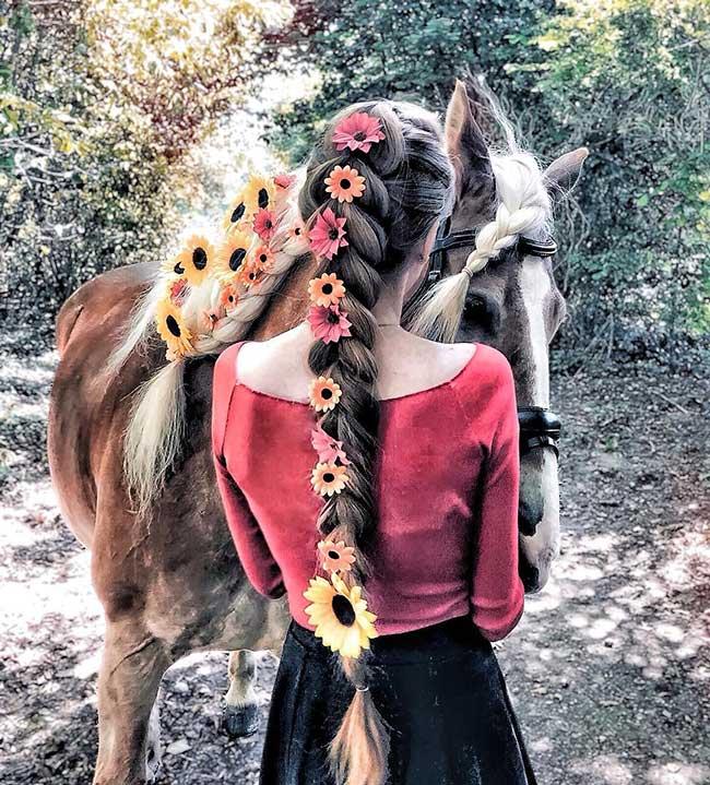 photographie art arrangement cheveux krissy elisabeth, Elle Met en Scène la Beauté de ses Cheveux dans des Compositions Fleuries