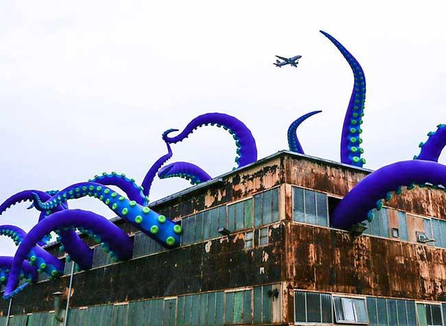 sculpture geantes gonflables filthyluker pedro estrellas, Pieuvre Geante dans un Bâtiment Abandonné pour une Installation d'Art