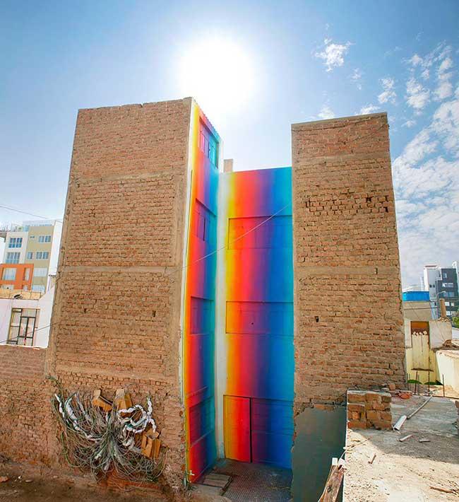xomatok-street-art-installation-couleurs, A Lima Xomatok Plonge cet Immeuble dans un Bain de Couleurs