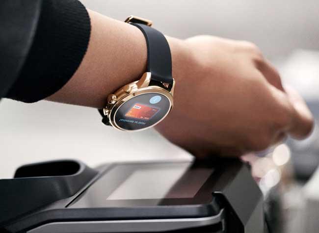 michael-kors-access-smartwatch, Montre Connectée Michael Kors pour Andreea Diaconu