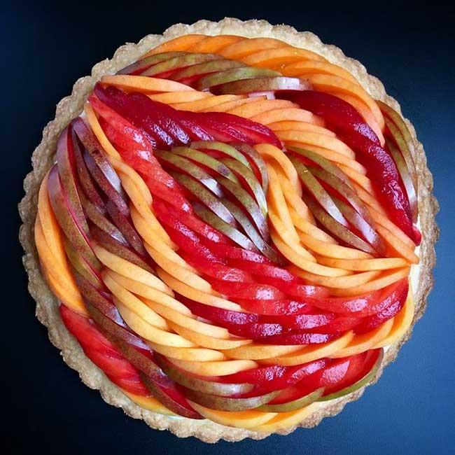 , Elle ne Cesse de Parfaire l'Art de la Tarte aux Pommes